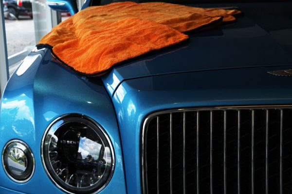 bentley-lak-poetsen-blauw-oranje-doek-lak