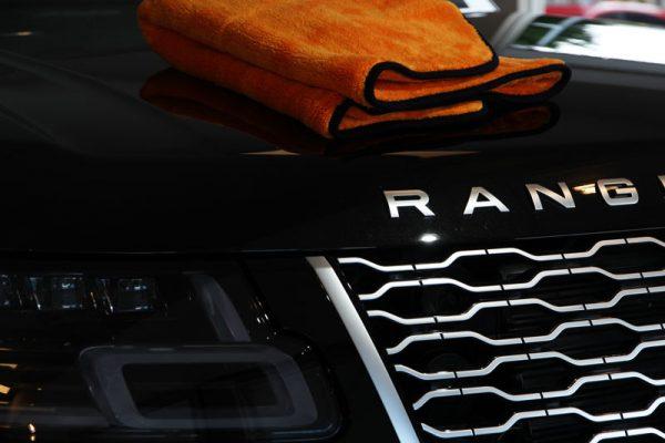 range-rover-oranje-doek-zwart-lak-schoonmaak